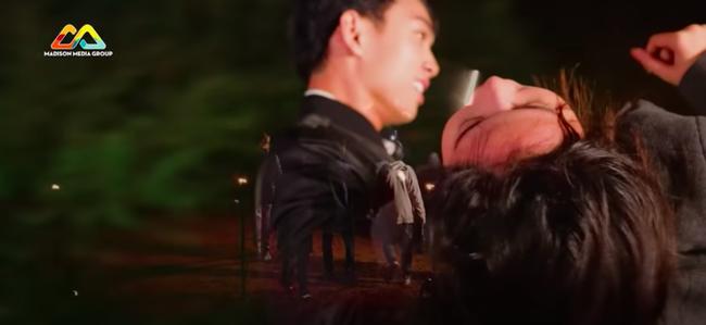 Nam Em gây náo loạn truyền hình: Giả vờ ngất xỉu khiến Trấn Thành bức xúc, hôn môi trai đẹp 3 lần, liên tục có hành động khác lạ  - Ảnh 10.