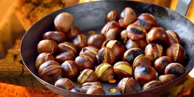 Món hạt dẻ nướng siêu hút khách vào mùa đông: Chuyên gia khuyến cáo 4 lưu ý, 2 kiểu người cần tránh ăn nếu không muốn phát bệnh sau khi thưởng thức món hạt béo ngậy - Ảnh 1.