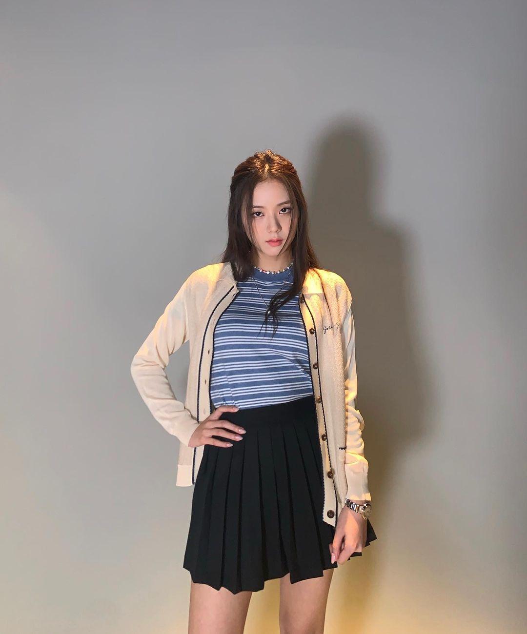 Mix & Phối - Jisoo rất hiếm khi mặc váy dài lượt thượt, nhìn ảnh so sánh vóc dáng cách biệt khi mặc váy ngắn - dài sẽ hiểu ngay lý do - chanvaydep.net 4