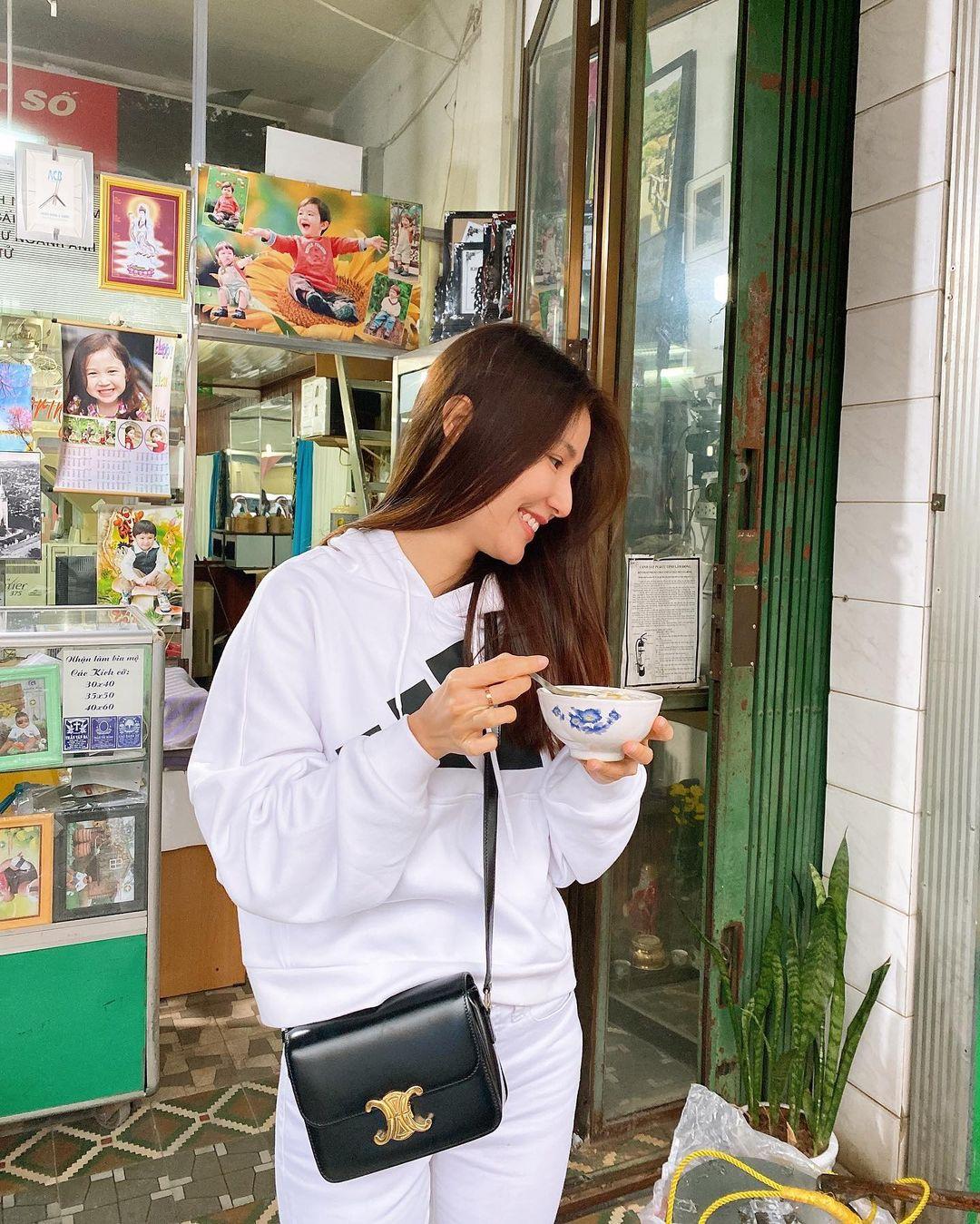 """Sao Việt diện áo trắng trong mùa lạnh: Nàng nào cũng trẻ hẳn ra, ghi điểm sành điệu """"dễ như chơi"""" - Ảnh 5."""