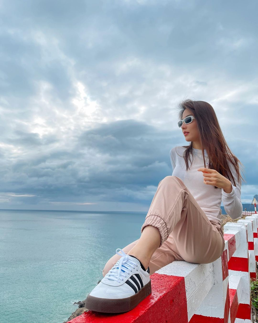 """Sao Việt diện áo trắng trong mùa lạnh: Nàng nào cũng trẻ hẳn ra, ghi điểm sành điệu """"dễ như chơi"""" - Ảnh 2."""