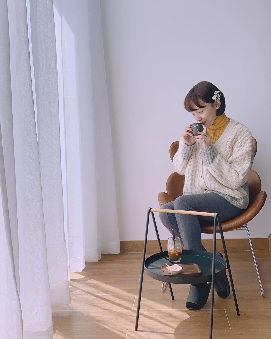"""Sao Việt diện áo trắng trong mùa lạnh: Nàng nào cũng trẻ hẳn ra, ghi điểm sành điệu """"dễ như chơi"""" - Ảnh 9."""