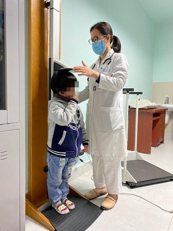 Mắc hội chứng suy tuyến yên cô bé chỉ dài 79cm, nặng 9kg mãi khônglớn lên được - Ảnh 1.