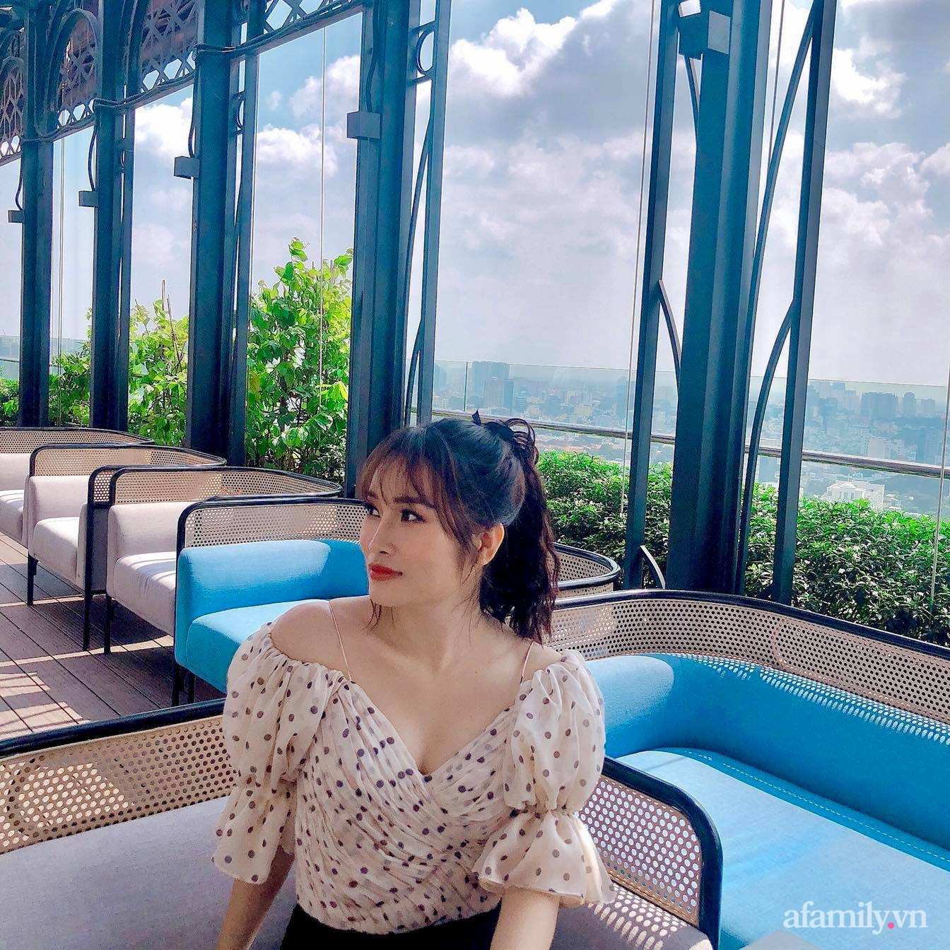 Bà mẹ trẻ Sài Gòn biến ban công trống trơn thành khu vườn ngập tràn hoa lá chỉ với 2,2 triệu đồng - Ảnh 2.