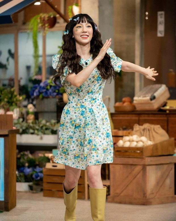 Đụng váy hoa bánh bèo: Taeyeon diện boots chất chơi, Sunmi khoe chân dài nhờ chọn giày cao tay - Ảnh 1.