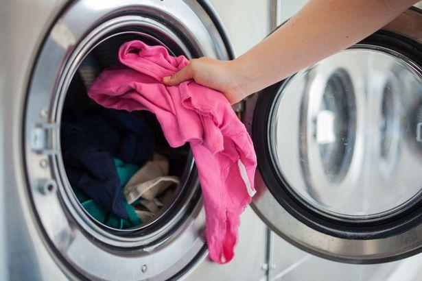 """Nghe âm thanh kỳ lạ phát ra từ máy sấy quần áo, bà mẹ tháo ra xem thì choáng váng phát hiện """"cả một gia tài"""", dân mạng vui lây đòi làm theo - Ảnh 1."""