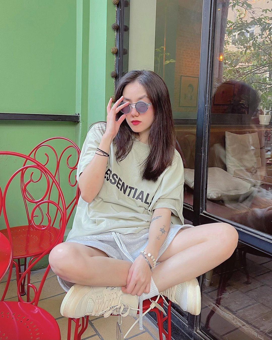 """Instagram look của sao Việt tuần qua: Chi Pu """"quẩy"""" skinny jeans ít ai mặc, Quỳnh Kool diện đồ lộ dây áo lót - Ảnh 5."""