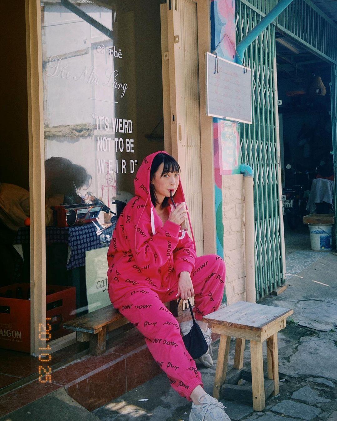 """Instagram look của sao Việt tuần qua: Chi Pu """"quẩy"""" skinny jeans ít ai mặc, Quỳnh Kool diện đồ lộ dây áo lót - Ảnh 12."""