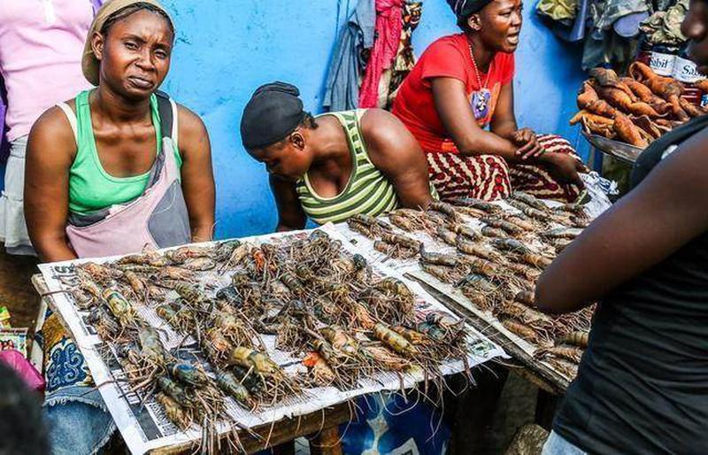 Ghé khu chợ này bạn mua được hải sản kích thước khủng rẻ hơn rau, tôm hùm chỉ khoảng 100 nghìn/kg - Ảnh 1.
