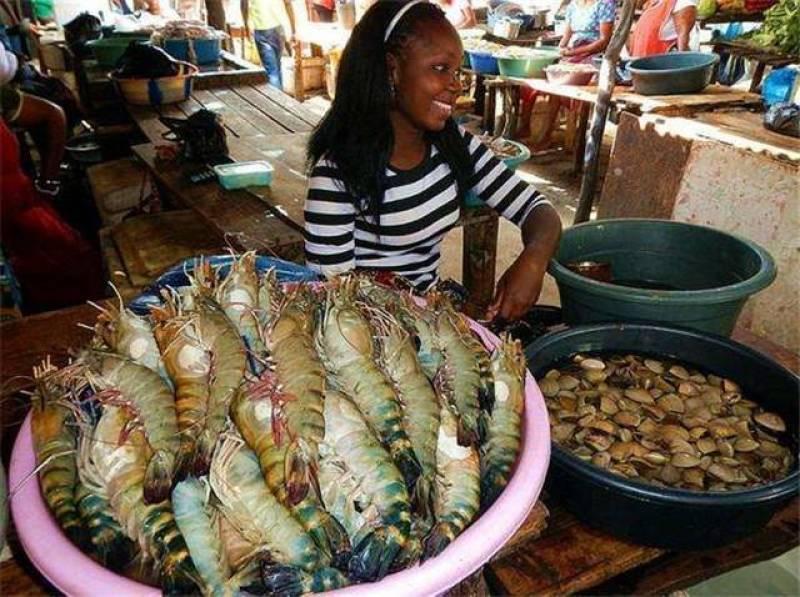 Ghé khu chợ này bạn mua được hải sản kích thước khủng rẻ hơn rau, tôm hùm chỉ khoảng 100 nghìn/kg - Ảnh 4.