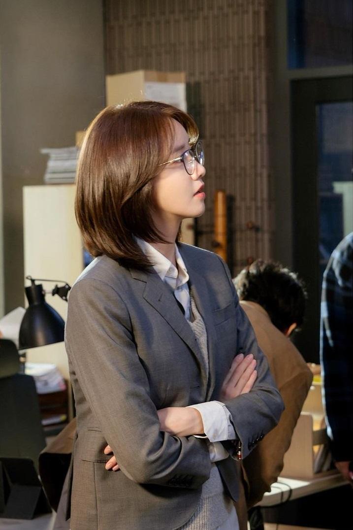 Mix & Phối - Style công sở của Yoona từ phim ra ngoài đời đều chuẩn đẹp, hội chị em học thì đi làm chẳng lo mặc xấu - chanvaydep.net 4