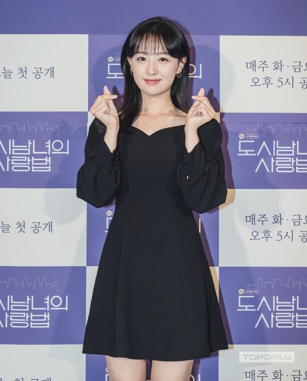"""Váy gốc trông hơi """"dừ"""", stylist của Kim Ji Won chỉ sửa đúng hai chi tiết mà giúp nữ diễn viên trông trẻ trung cao ráo hẳn - Ảnh 2."""