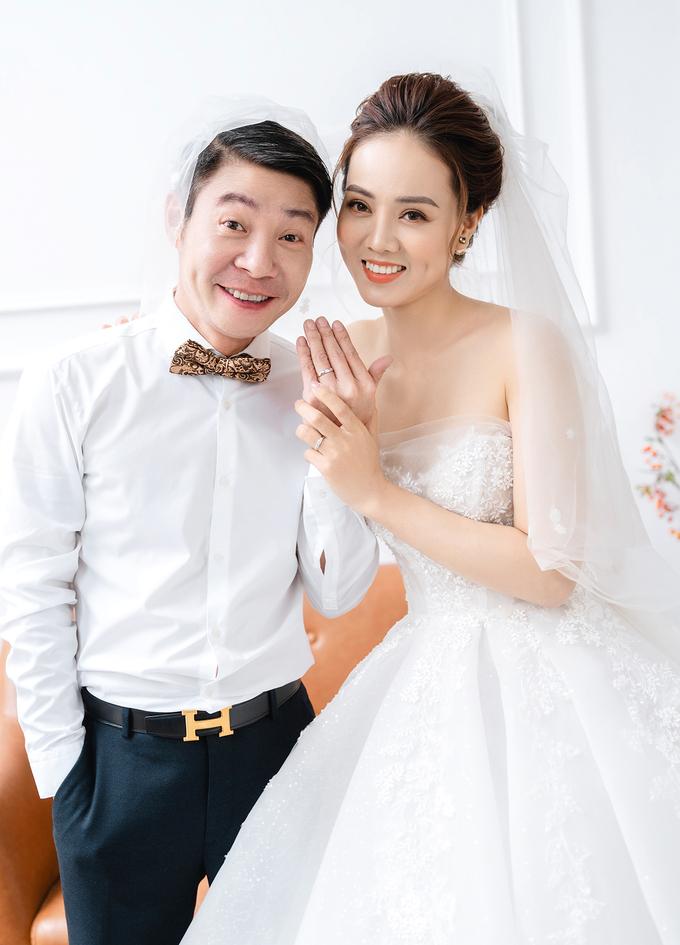 2/3 số váy cưới của vợ Công Lý là thiết kế riêng, hé lộ mẫu váy sẽ mặc trong ngày trọng đại - Ảnh 2.