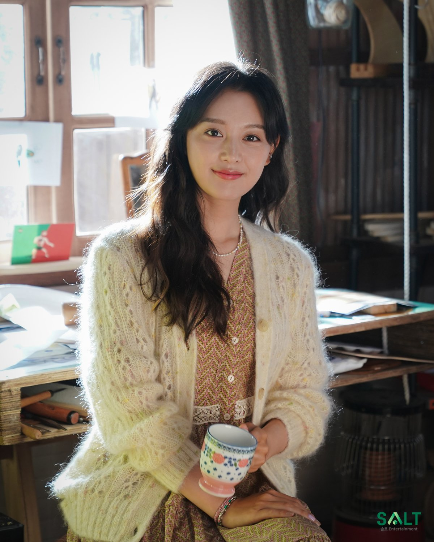 Style của Kim Ji Won trong phim mới: Đơn giản mà siêu xinh tươi lãng mạn, nhìn là muốn học theo bằng hết - Ảnh 4.