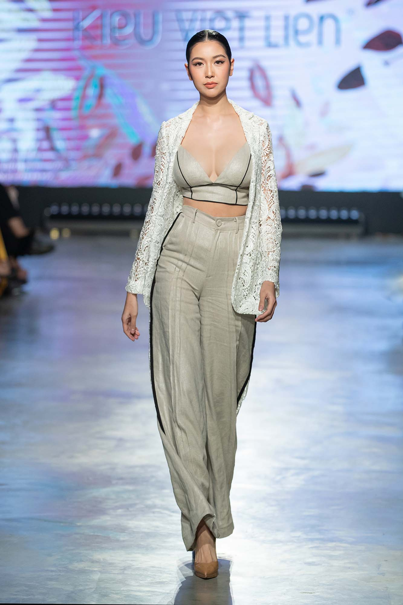 Mẫu nhí Bảo Hà trình diễn với trăn khổng lồ, Á hậu Thúy Vân vừa sinh xong đã diện ngay crop top táo bạo thách thức sàn catwalk của Fashion Festival  - Ảnh 12.