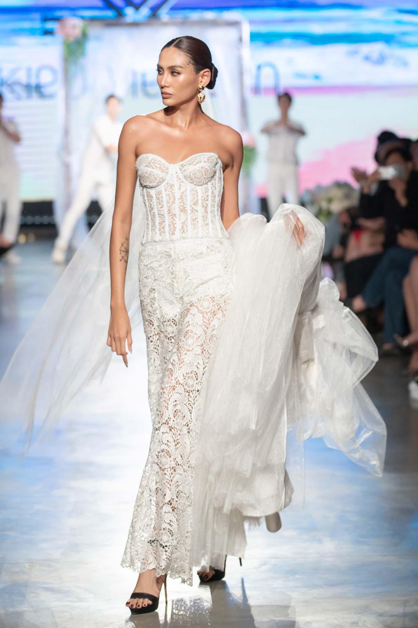 Mix & Phối - Mẫu nhí Bảo Hà catwalk với trăn khổng lồ, Á hậu Thúy Vân diện crop top khoe vòng eo sau sinh 2 tháng tại Fashion Festival 2020 - chanvaydep.net 6
