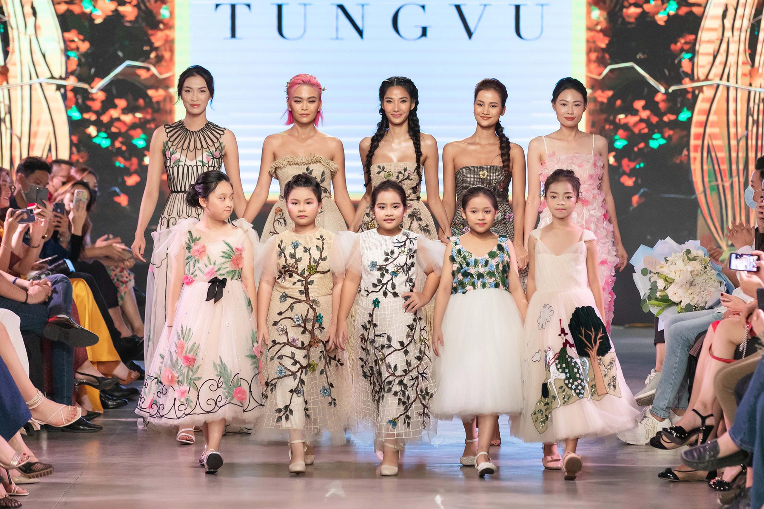 Mẫu nhí Bảo Hà trình diễn với trăn khổng lồ, Á hậu Thúy Vân vừa sinh xong đã diện ngay crop top táo bạo thách thức sàn catwalk của Fashion Festival  - Ảnh 9.