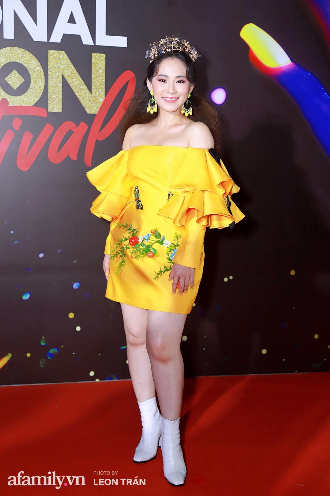 Vợ 2 Minh Nhựa diện hẳn túi Hermes bạch tạng tiền tỷ sóng đôi cùng chồng ngay trên thảm đỏ Fashion Festival ngày 3 - Ảnh 2.