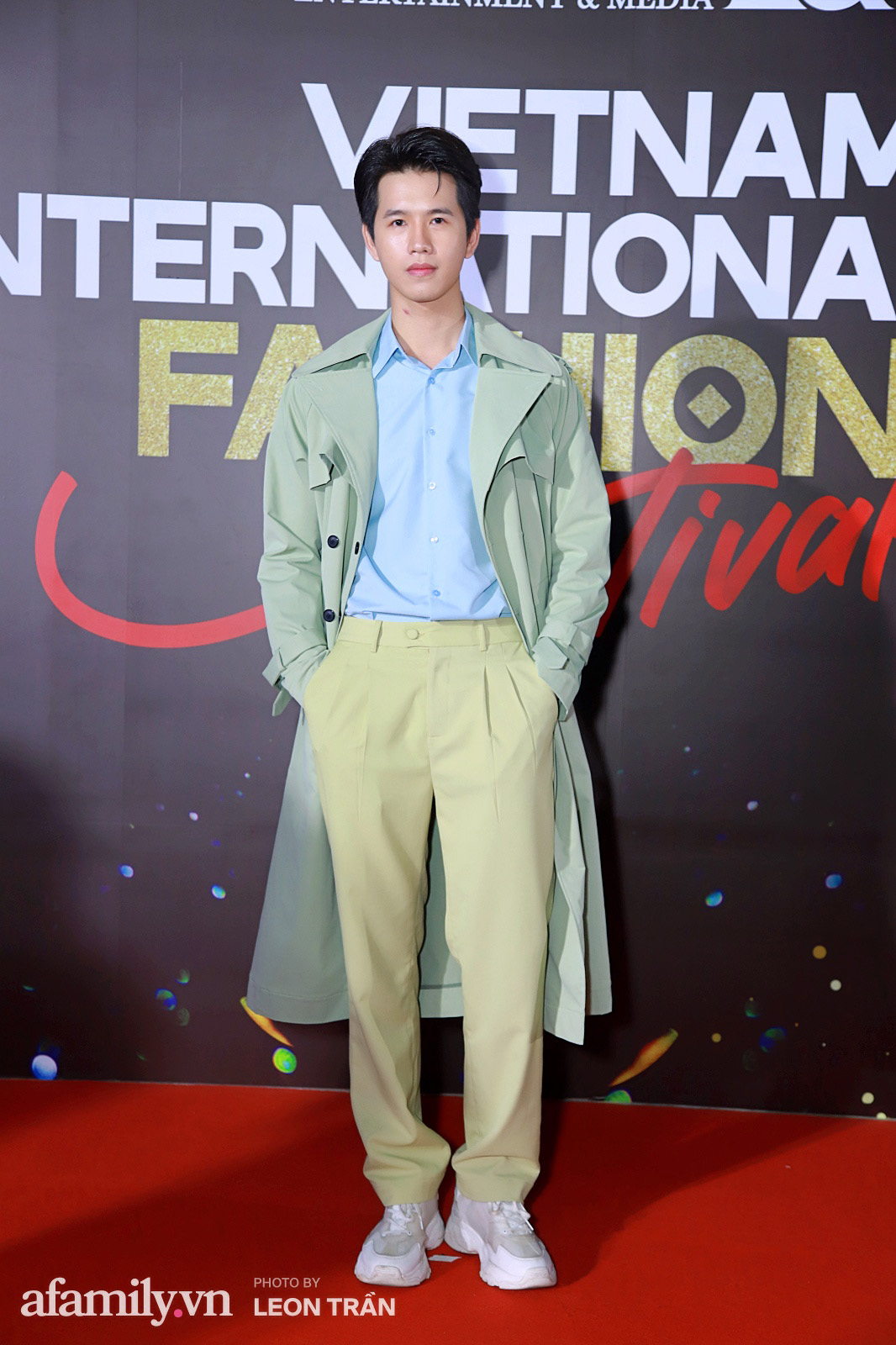 Vợ 2 Minh Nhựa diện hẳn túi Hermes bạch tạng tiền tỷ sóng đôi cùng chồng ngay trên thảm đỏ Fashion Festival ngày 3 - Ảnh 18.