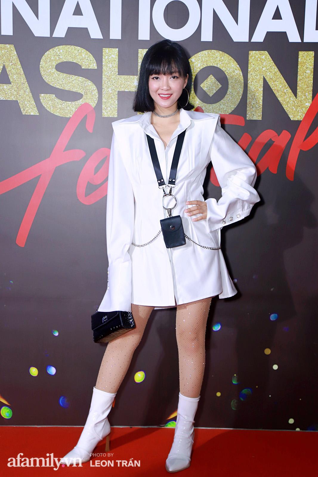 Vợ 2 Minh Nhựa diện hẳn túi Hermes bạch tạng tiền tỷ sóng đôi cùng chồng ngay trên thảm đỏ Fashion Festival ngày 3 - Ảnh 4.