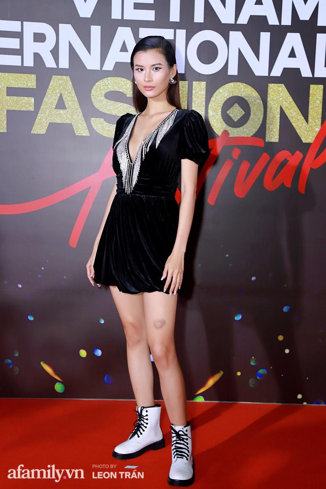 Vợ 2 Minh Nhựa diện hẳn túi Hermes bạch tạng tiền tỷ sóng đôi cùng chồng ngay trên thảm đỏ Fashion Festival ngày 3 - Ảnh 5.