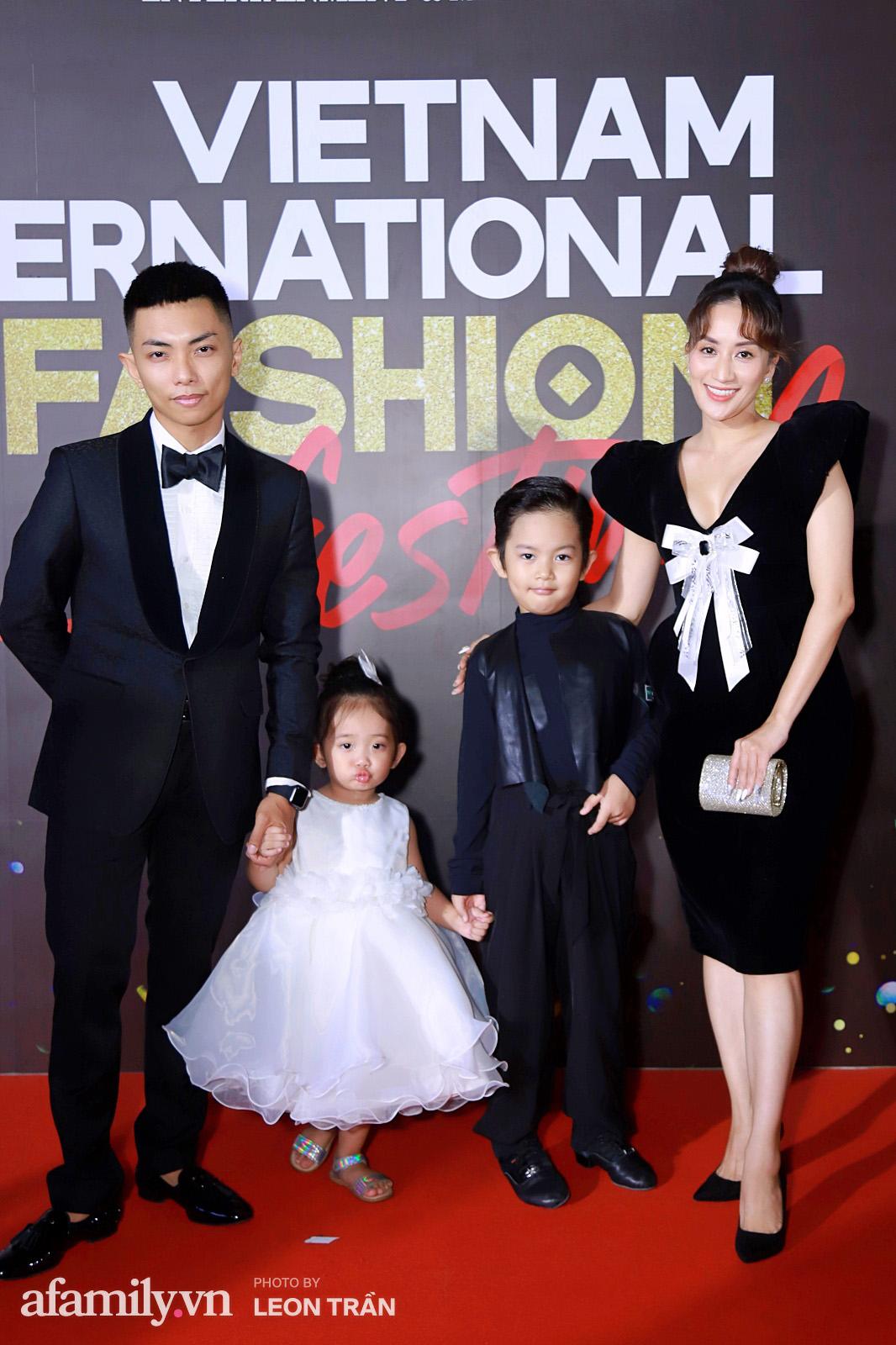Vợ 2 Minh Nhựa diện hẳn túi Hermes bạch tạng tiền tỷ sóng đôi cùng chồng ngay trên thảm đỏ Fashion Festival ngày 3 - Ảnh 6.