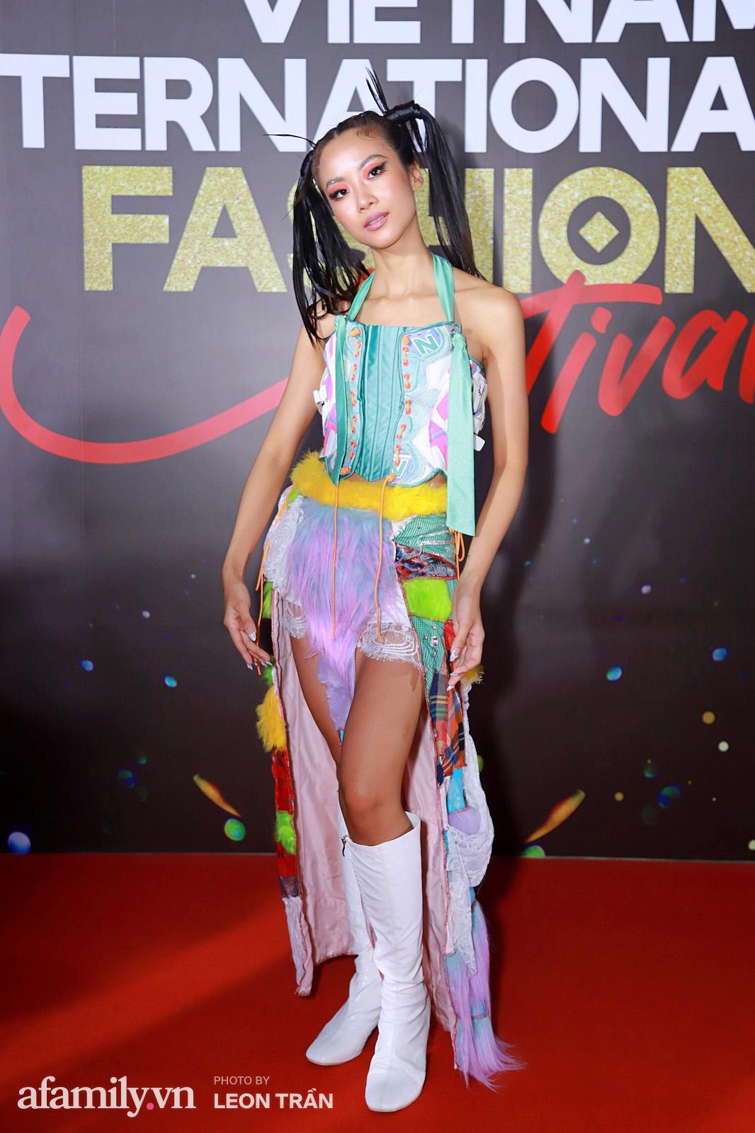 Vợ 2 Minh Nhựa diện hẳn túi Hermes bạch tạng tiền tỷ sóng đôi cùng chồng ngay trên thảm đỏ Fashion Festival ngày 3 - Ảnh 7.