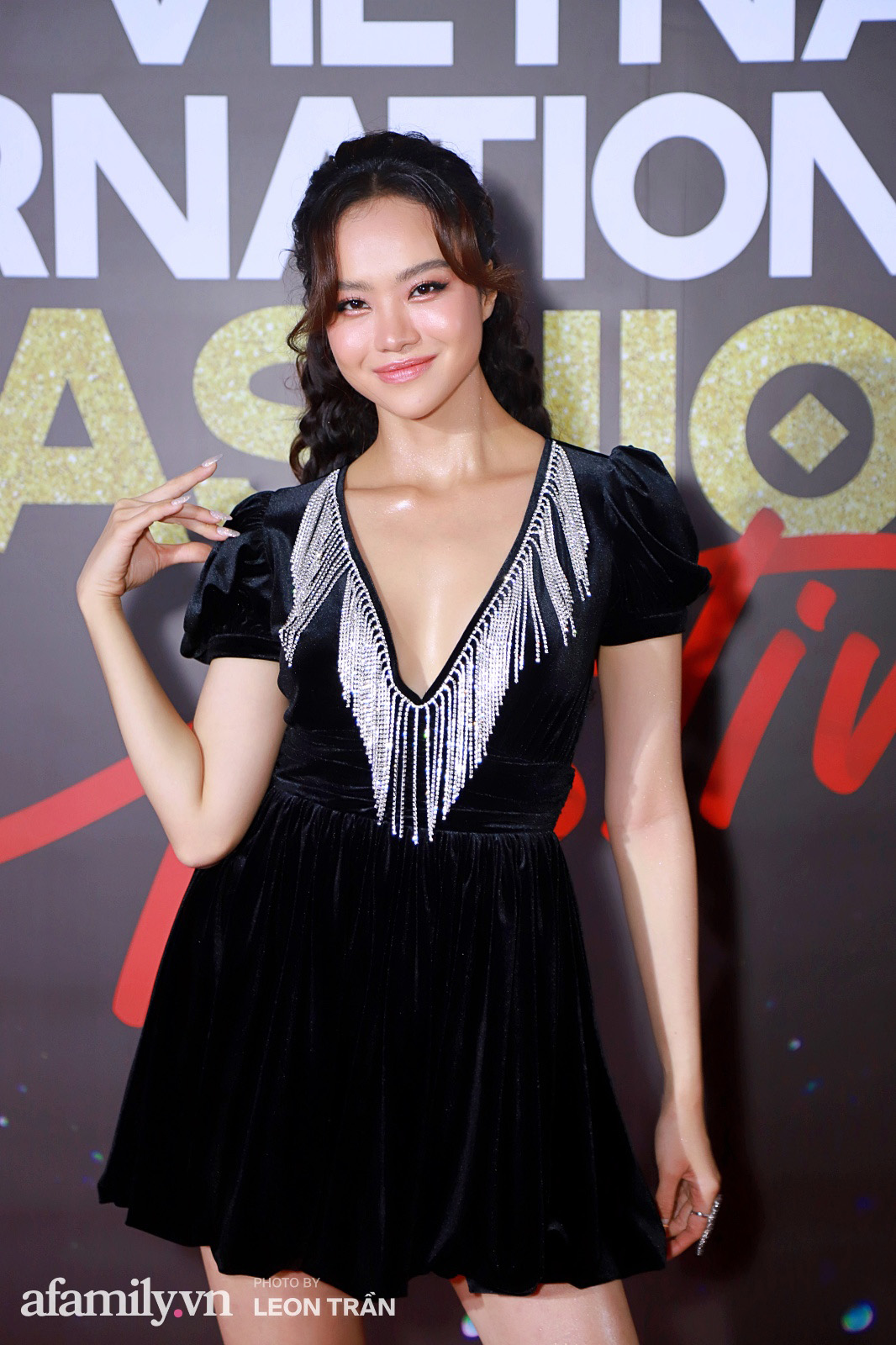Vợ 2 Minh Nhựa diện hẳn túi Hermes bạch tạng tiền tỷ sóng đôi cùng chồng ngay trên thảm đỏ Fashion Festival ngày 3 - Ảnh 8.