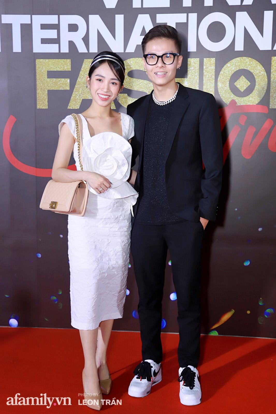 Vợ 2 Minh Nhựa diện hẳn túi Hermes bạch tạng tiền tỷ sóng đôi cùng chồng ngay trên thảm đỏ Fashion Festival ngày 3 - Ảnh 10.