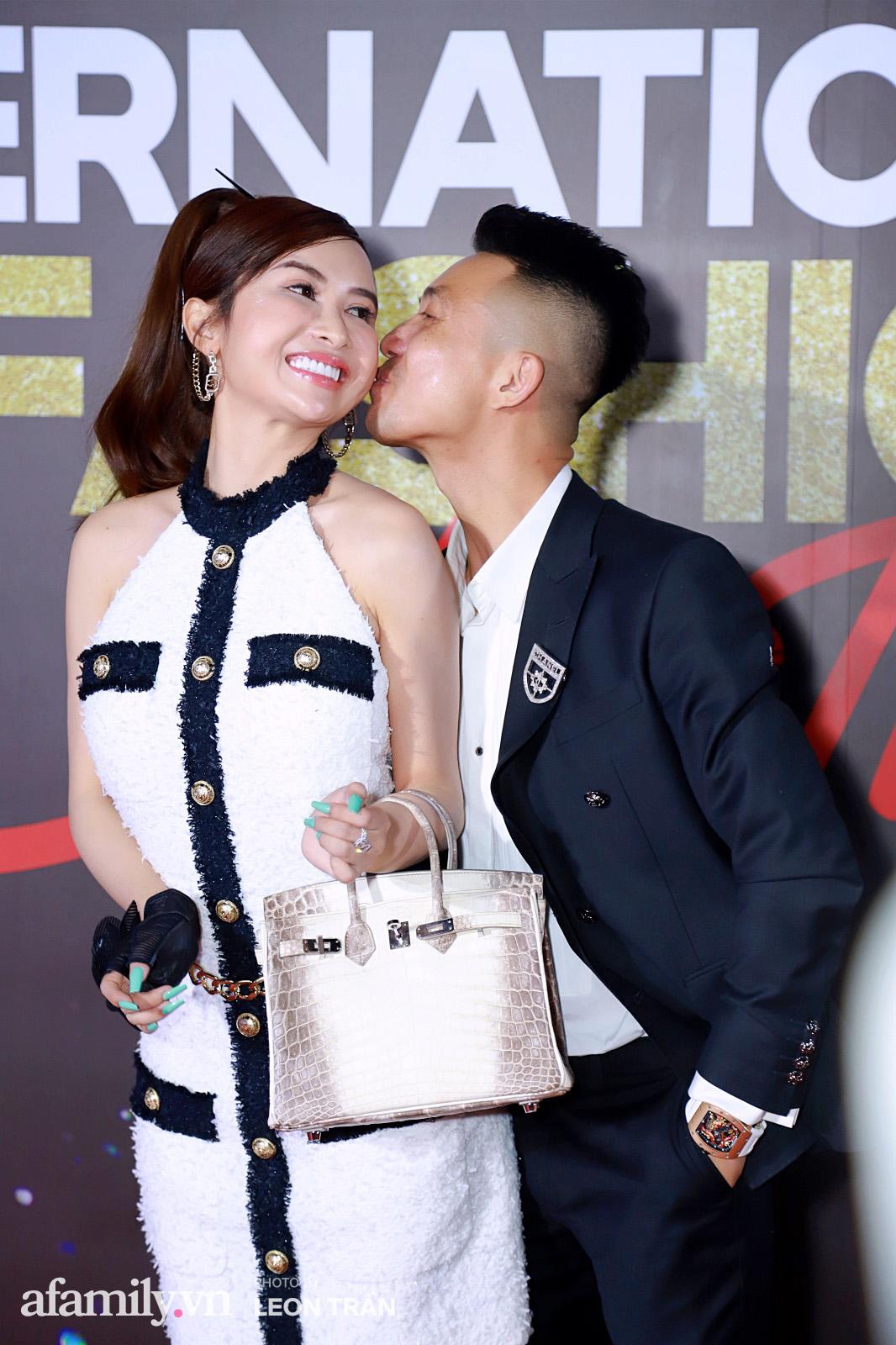 Vợ 2 Minh Nhựa diện hẳn túi Hermes bạch tạng tiền tỷ sóng đôi cùng chồng ngay trên thảm đỏ Fashion Festival ngày 3 - Ảnh 11.