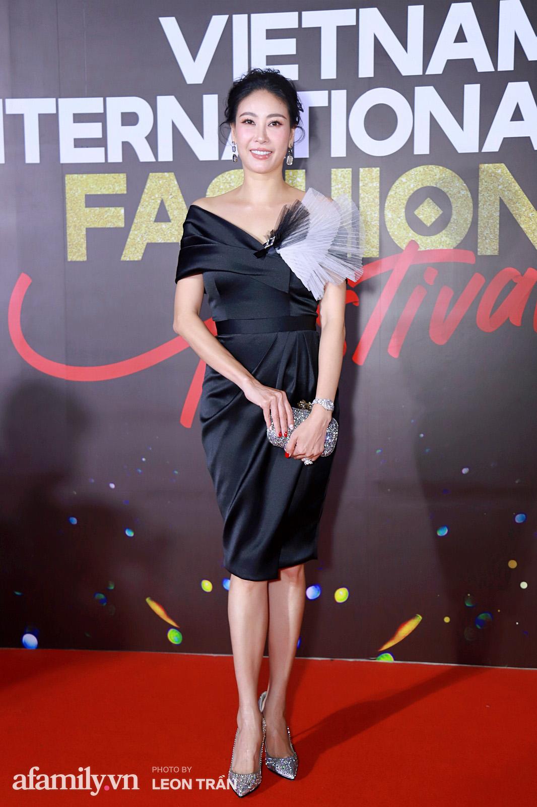Vợ 2 Minh Nhựa diện hẳn túi Hermes bạch tạng tiền tỷ sóng đôi cùng chồng ngay trên thảm đỏ Fashion Festival ngày 3 - Ảnh 12.