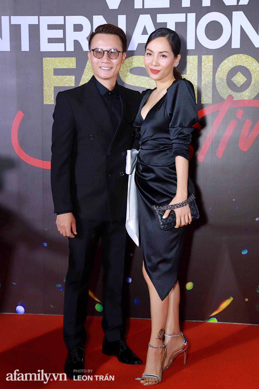 Vợ 2 Minh Nhựa diện hẳn túi Hermes bạch tạng tiền tỷ sóng đôi cùng chồng ngay trên thảm đỏ Fashion Festival ngày 3 - Ảnh 14.