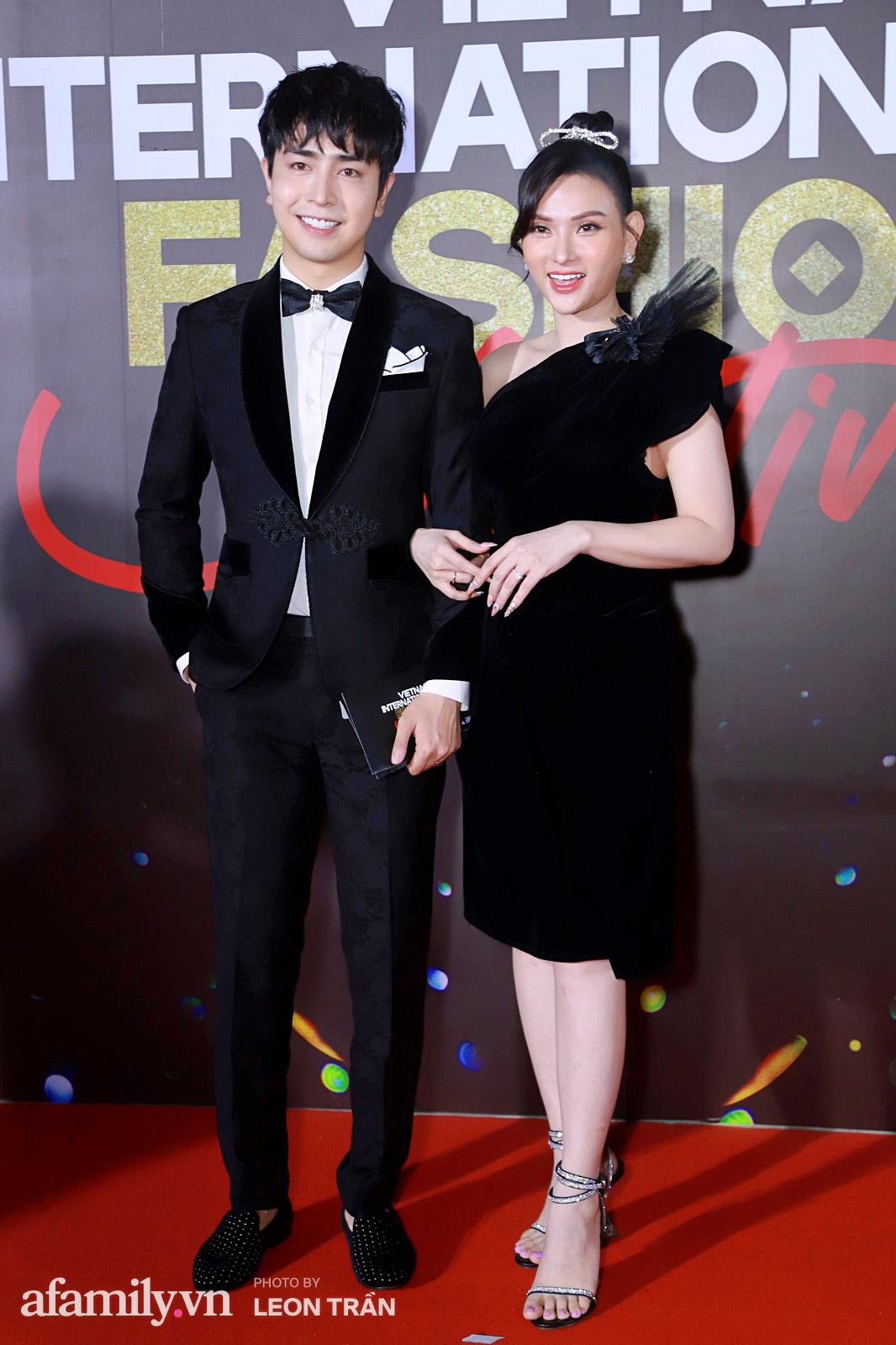 Vợ 2 Minh Nhựa diện hẳn túi Hermes bạch tạng tiền tỷ sóng đôi cùng chồng ngay trên thảm đỏ Fashion Festival ngày 3 - Ảnh 15.