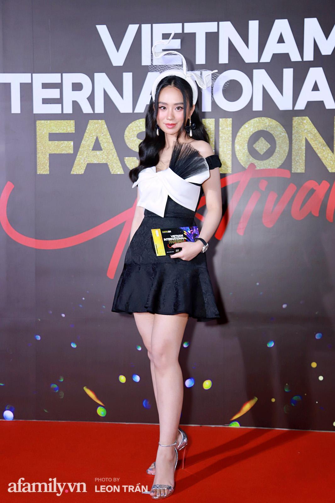 Vợ 2 Minh Nhựa diện hẳn túi Hermes bạch tạng tiền tỷ sóng đôi cùng chồng ngay trên thảm đỏ Fashion Festival ngày 3 - Ảnh 16.