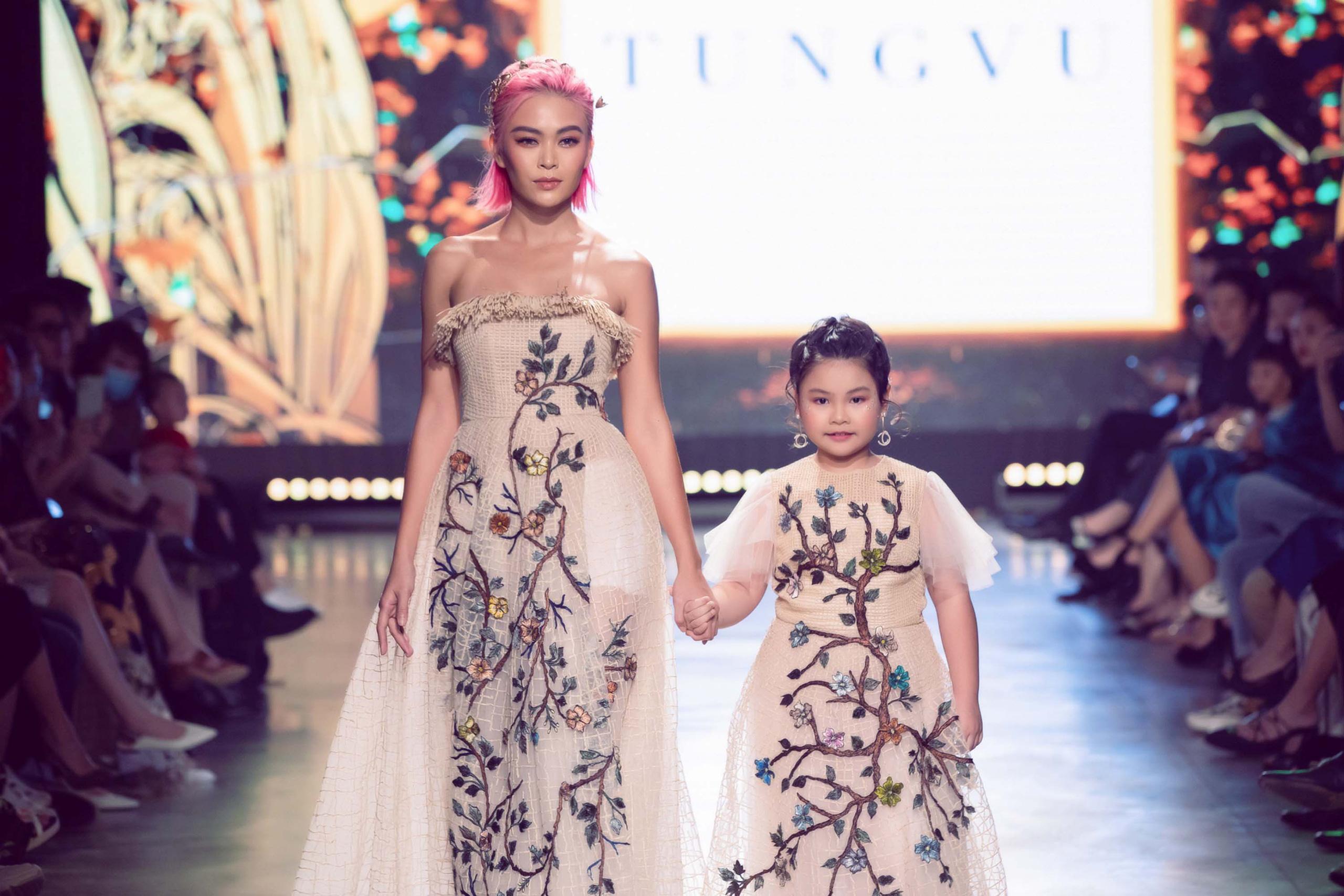 Mẫu nhí Bảo Hà trình diễn với trăn khổng lồ, Á hậu Thúy Vân vừa sinh xong đã diện ngay crop top táo bạo thách thức sàn catwalk của Fashion Festival  - Ảnh 6.