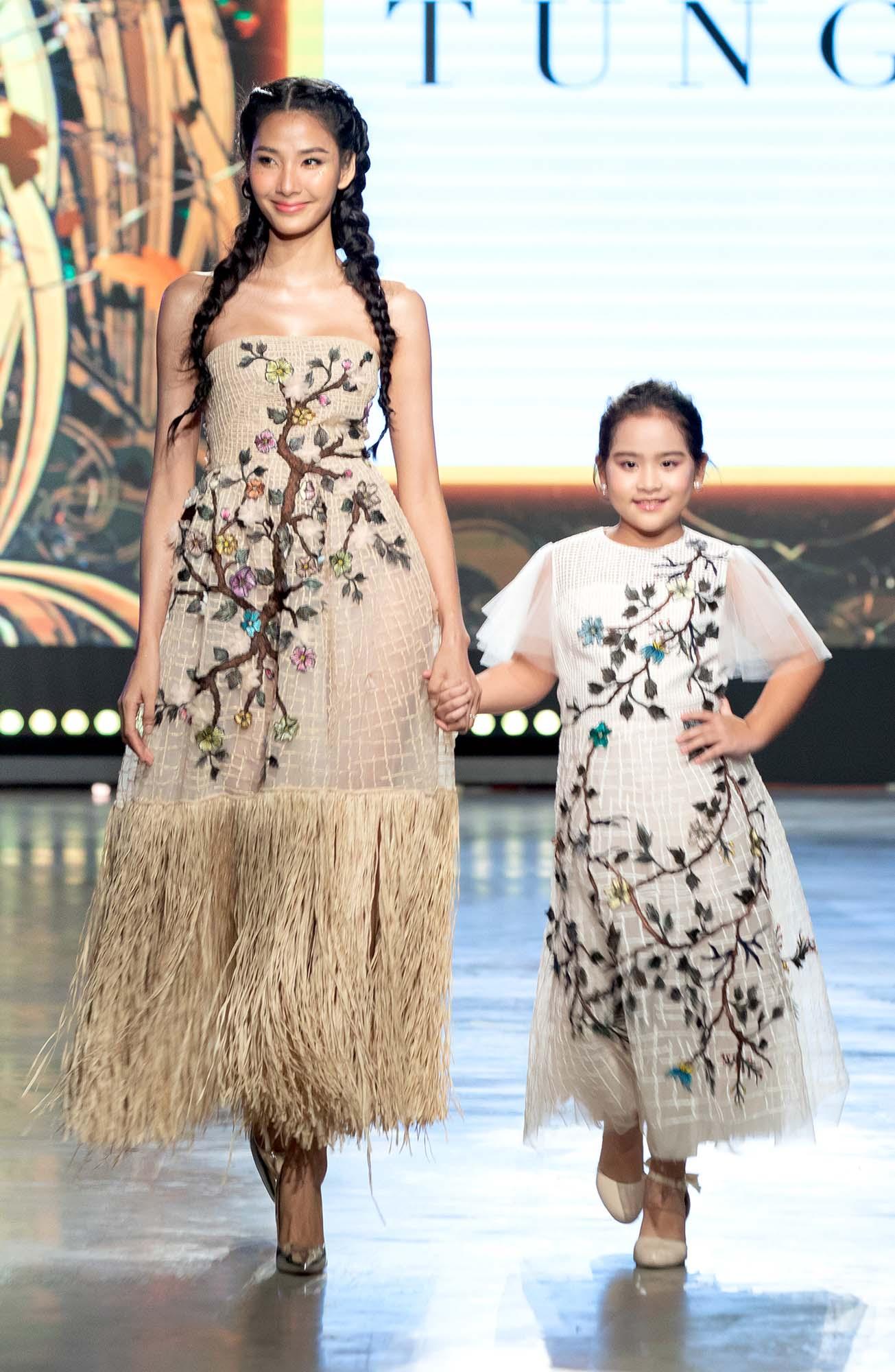 Mix & Phối - Mẫu nhí Bảo Hà catwalk với trăn khổng lồ, Á hậu Thúy Vân diện crop top khoe vòng eo sau sinh 2 tháng tại Fashion Festival 2020 - chanvaydep.net 4