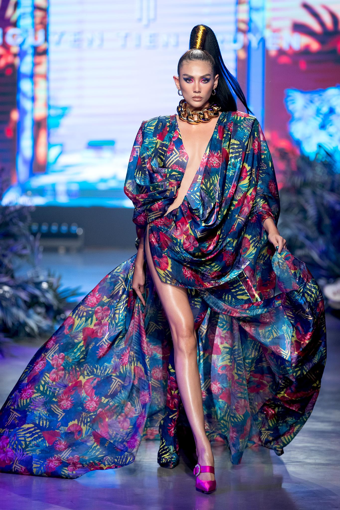 Mẫu nhí Bảo Hà trình diễn với trăn khổng lồ, Á hậu Thúy Vân vừa sinh xong đã diện ngay crop top táo bạo thách thức sàn catwalk của Fashion Festival  - Ảnh 2.