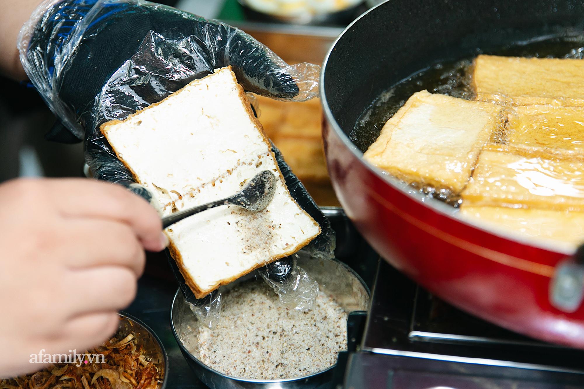 """Đậu hủ kẹp rau răm - món ăn siêu lạ khiến người đàn ông từ vô danh ở Châu Đốc bỗng trở nên nổi tiếng, nay được cả Sài Gòn săn lùng ăn thử để biết vì sao có thể """"mua 1 lời 5""""!? - Ảnh 6."""