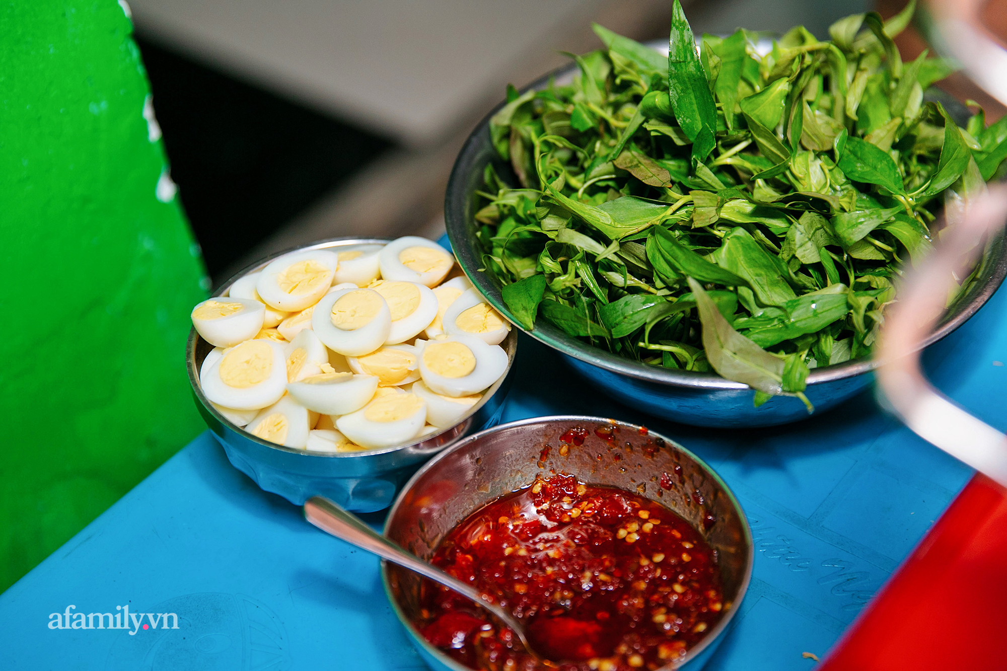 """Đậu hủ kẹp rau răm - món ăn siêu lạ khiến người đàn ông từ vô danh ở Châu Đốc bỗng trở nên nổi tiếng, nay được cả Sài Gòn săn lùng ăn thử để biết vì sao có thể """"mua 1 lời 5""""!? - Ảnh 5."""