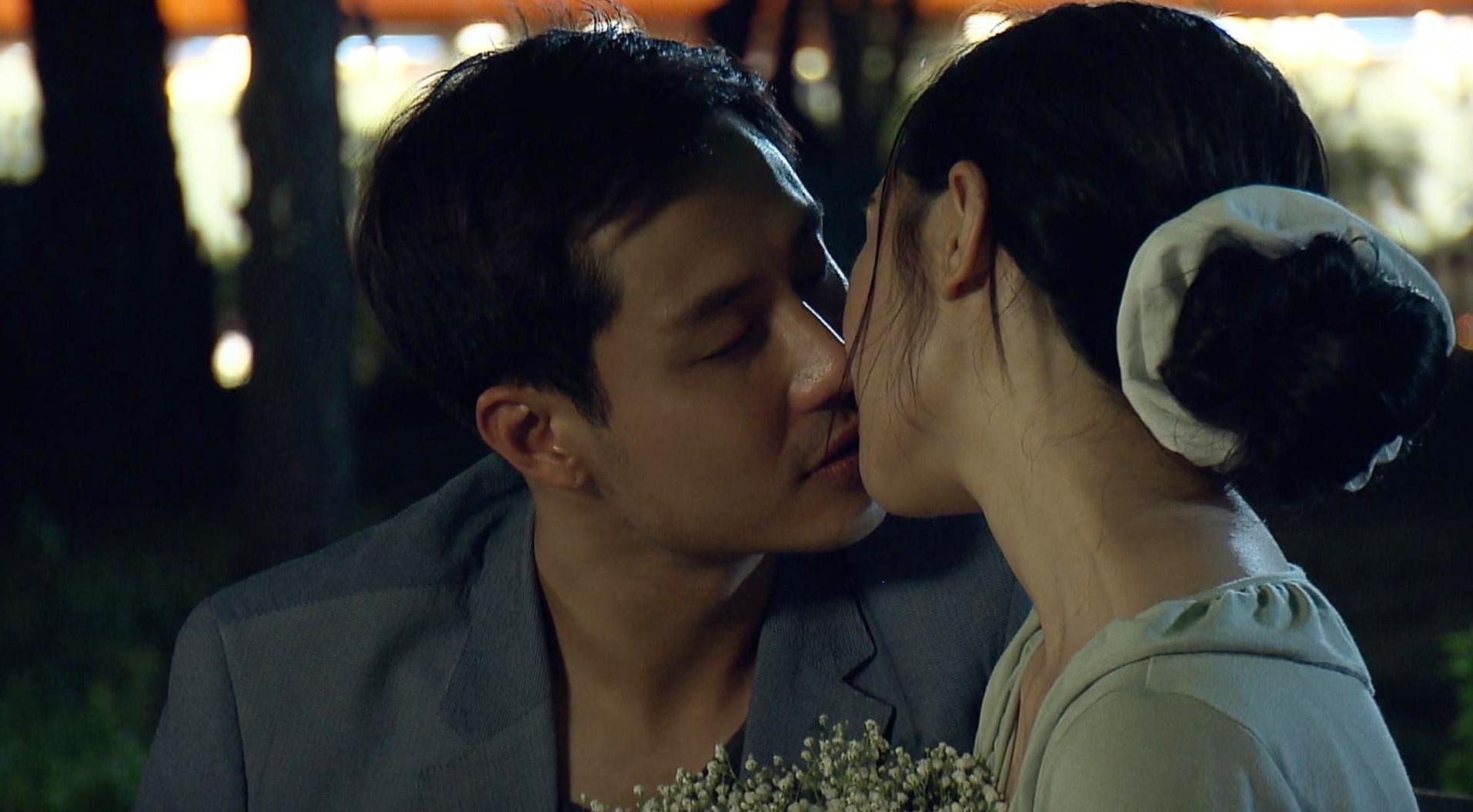 Top 5 cảnh hôn đẹp nhất màn ảnh nhỏ Việt Nam 2020: Từ lãng mạn bên đài phun nước đến táo bạo trong... chuồng ngựa - Ảnh 6.
