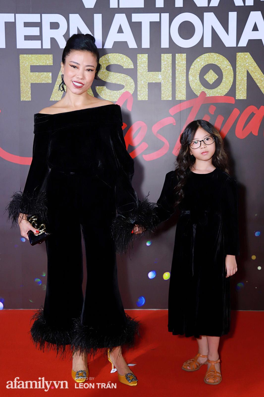 """Fashion Festival ngày cuối: Midu đẹp tựa thần tiên, nhưng giật spotlight lại là gương mặt """"mới cứng"""" của showbiz Việt  - Ảnh 12."""