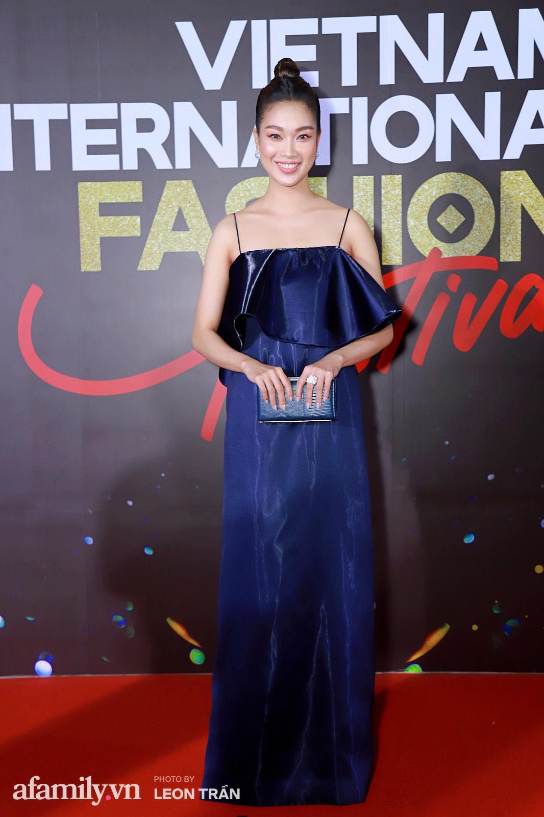 """Fashion Festival ngày cuối: Midu đẹp tựa thần tiên, nhưng giật spotlight lại là gương mặt """"mới cứng"""" của showbiz Việt  - Ảnh 13."""