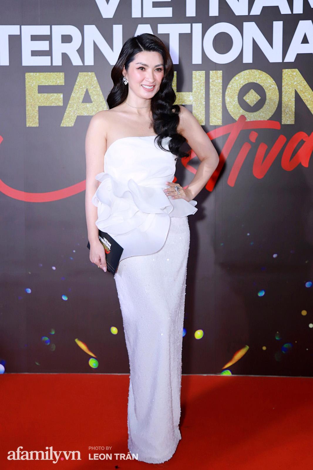 """Fashion Festival ngày cuối: Midu đẹp tựa thần tiên, nhưng giật spotlight lại là gương mặt """"mới cứng"""" của showbiz Việt  - Ảnh 14."""