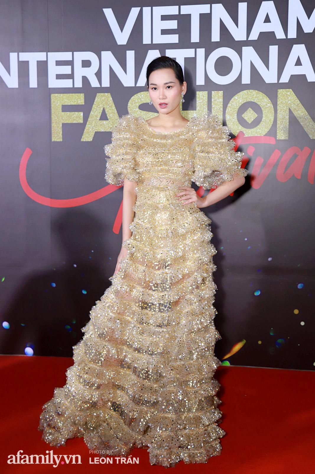"""Fashion Festival ngày cuối: Midu đẹp tựa thần tiên, nhưng giật spotlight lại là gương mặt """"mới cứng"""" của showbiz Việt  - Ảnh 19."""