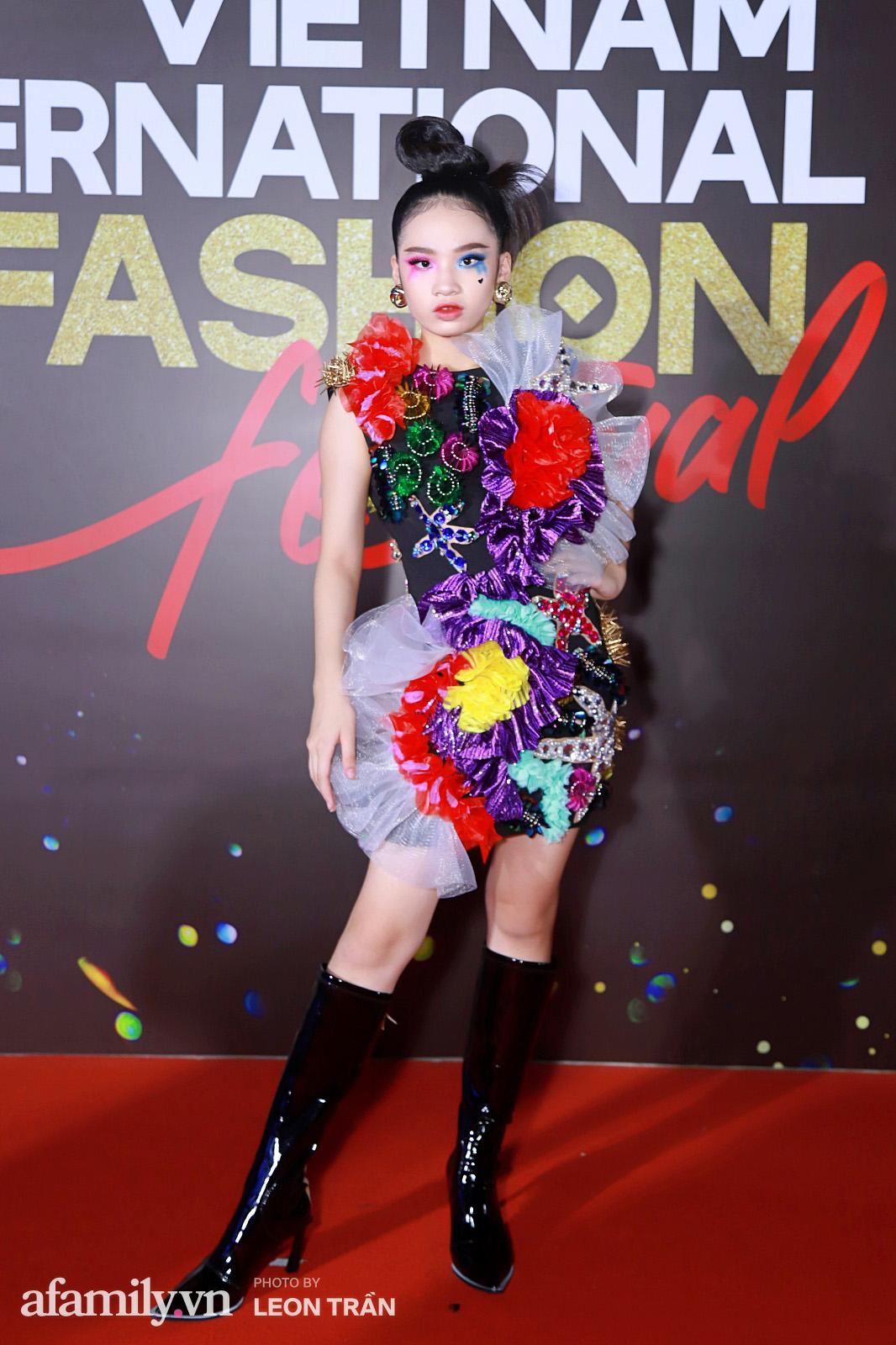 """Fashion Festival ngày cuối: Midu đẹp tựa thần tiên, nhưng giật spotlight lại là gương mặt """"mới cứng"""" của showbiz Việt  - Ảnh 2."""