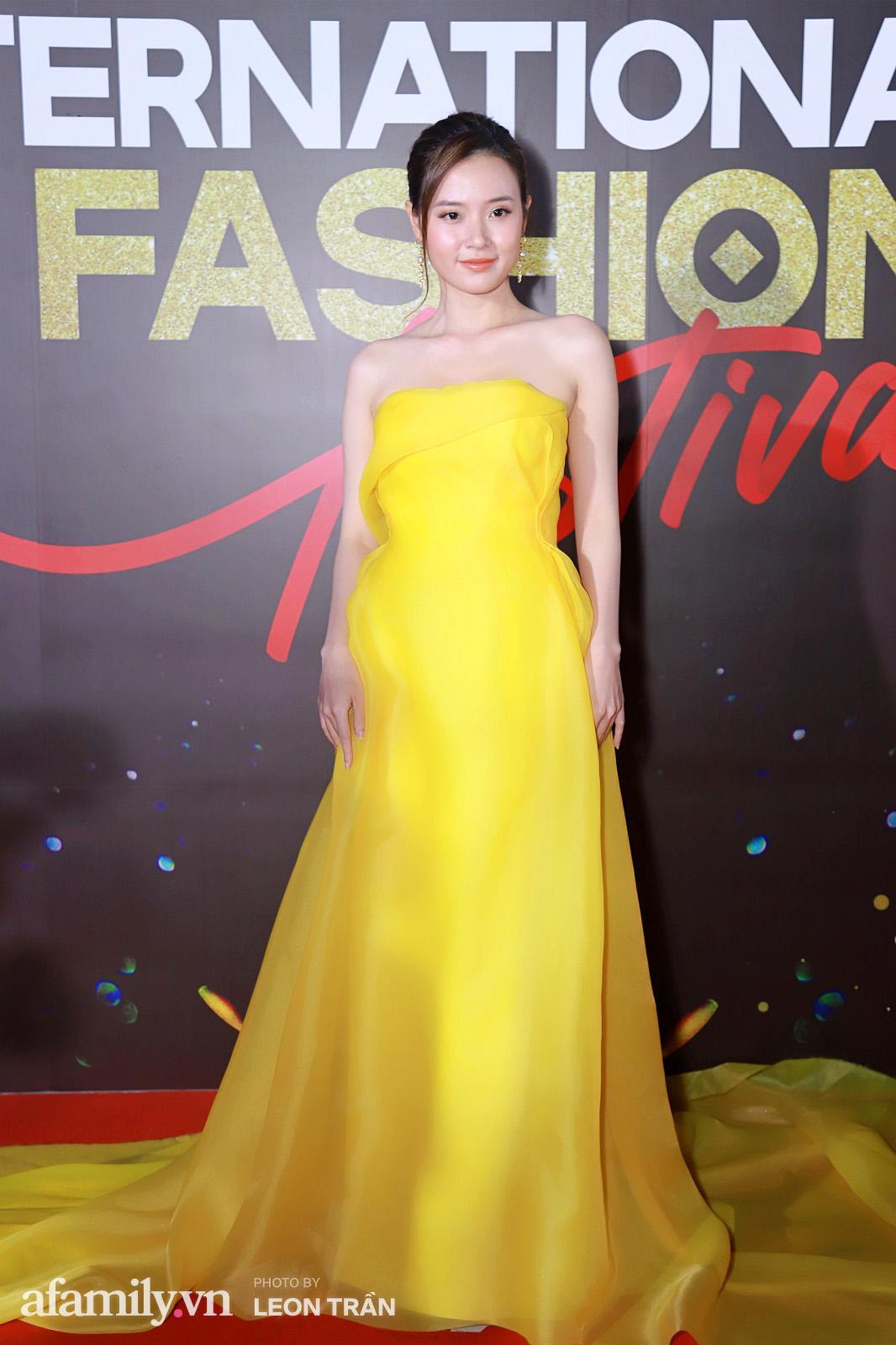 """Fashion Festival ngày cuối: Midu đẹp tựa thần tiên, nhưng giật spotlight lại là gương mặt """"mới cứng"""" của showbiz Việt  - Ảnh 3."""