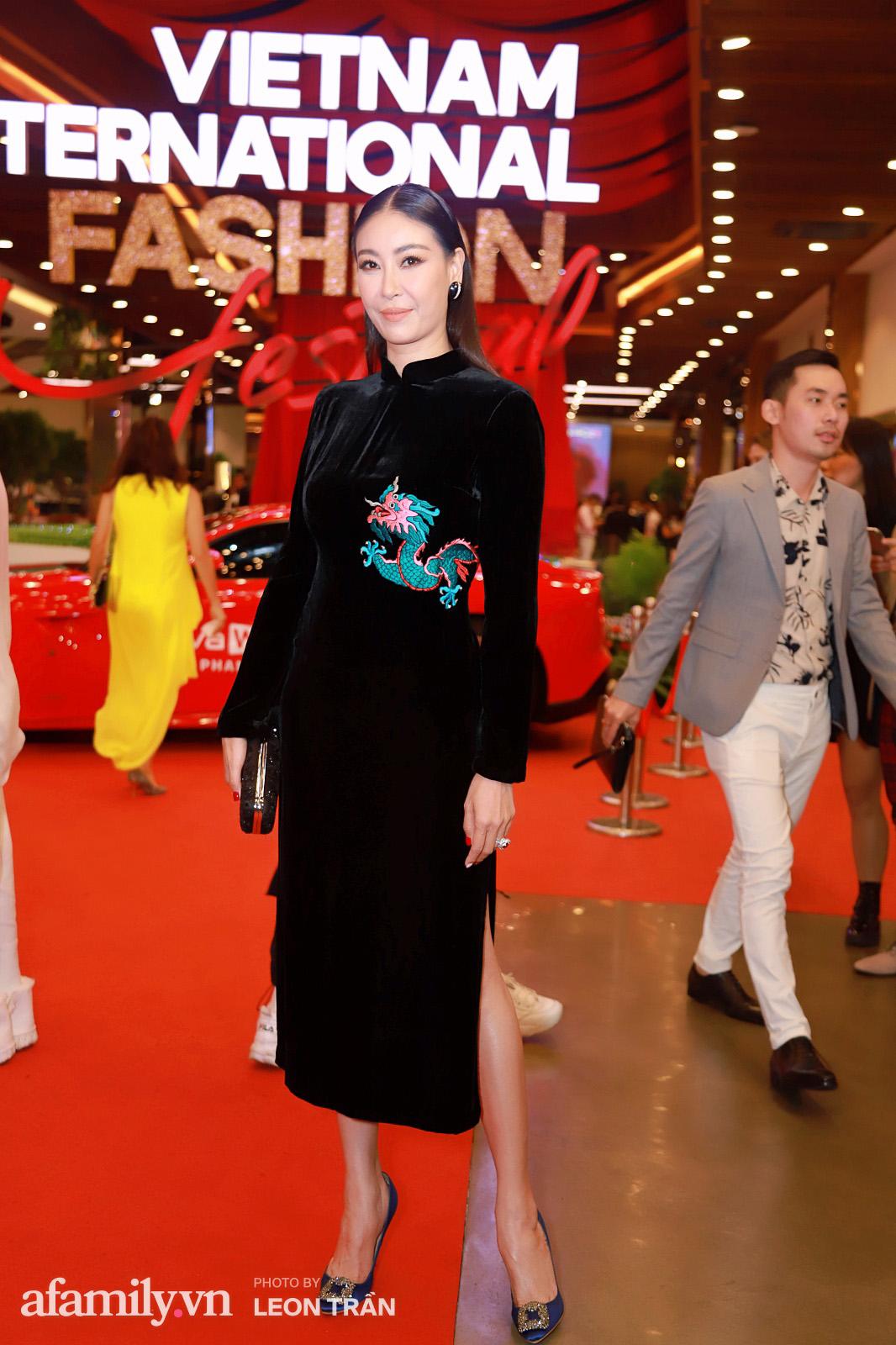 """Fashion Festival ngày cuối: Midu đẹp tựa thần tiên, nhưng giật spotlight lại là gương mặt """"mới cứng"""" của showbiz Việt  - Ảnh 5."""