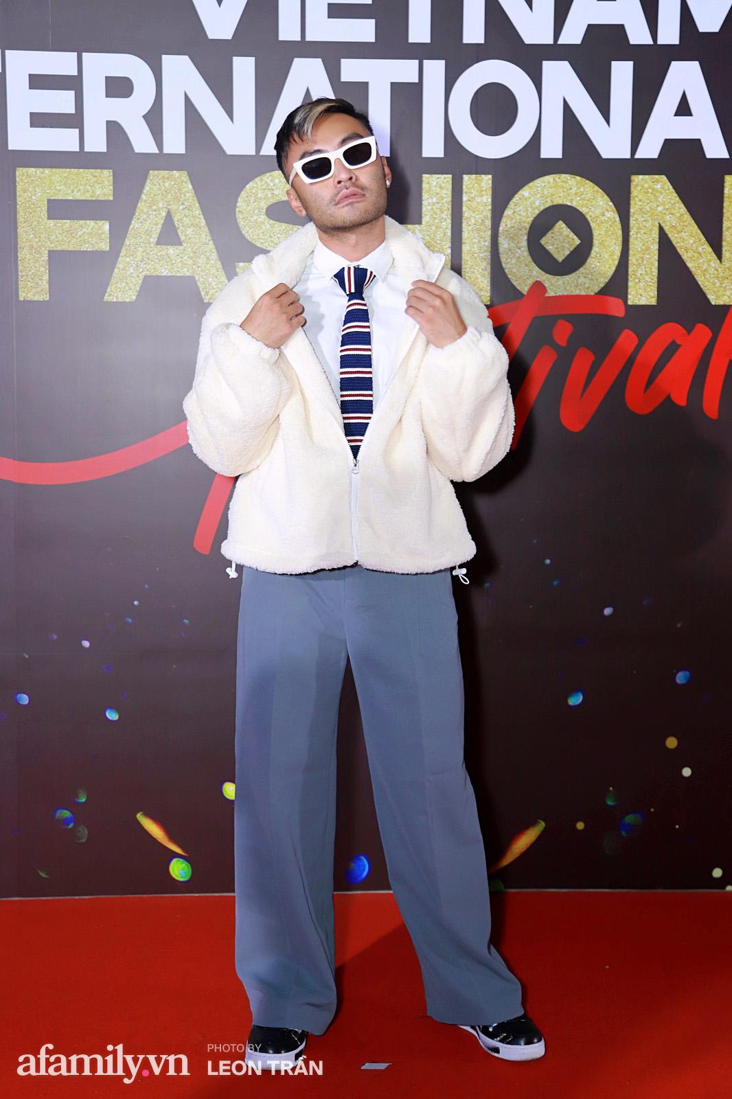 """Fashion Festival ngày cuối: Midu đẹp tựa thần tiên, nhưng giật spotlight lại là gương mặt """"mới cứng"""" của showbiz Việt  - Ảnh 22."""