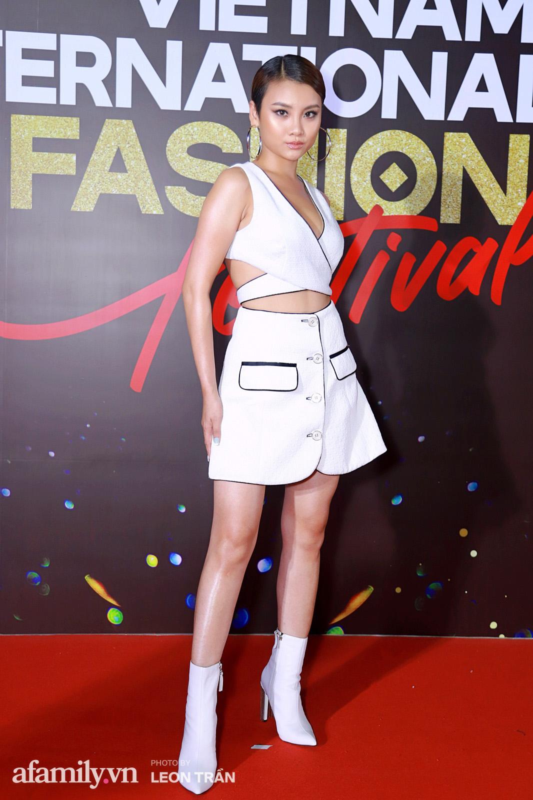 """Fashion Festival ngày cuối: Midu đẹp tựa thần tiên, nhưng giật spotlight lại là gương mặt """"mới cứng"""" của showbiz Việt  - Ảnh 8."""