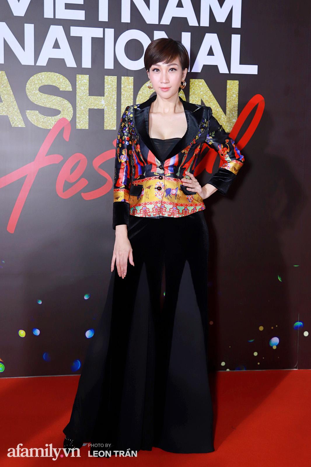 """Fashion Festival ngày cuối: Midu đẹp tựa thần tiên, nhưng giật spotlight lại là gương mặt """"mới cứng"""" của showbiz Việt  - Ảnh 9."""